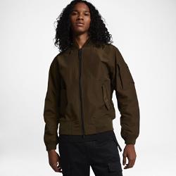 Мужская куртка NikeLab Essentials BomberМужская куртка NikeLab Essentials Bomber из тканого водоотталкивающего материала, созданного с применением новых технологий, обеспечивает классическую посадку. Такие современные детали, как быстро расстегивающаяся молния и магнитные застежки на карманах, выводят куртку в стиле MA-1 на новый уровень.  Удобно снимать и надевать  Быстро расстегивающаяся молния позволяет с легкостью снимать куртку, а благодаря отстегивающемуся внутреннему ремешку куртку удобно носить с собой.  Удобное хранение  Карман с клапаном на рукаве дополняет классический образ и обеспечивает надежное хранение. Боковые прорезные карманы с магнитными застежками для надежного хранения.<br>