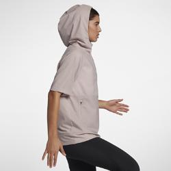Женская беговая куртка Nike FlexЖенская беговая куртка Nike Flex из эластичной влагоотводящей ткани обеспечивает комфорт и свободу движений. Водоотталкивающее покрытие защищает от дождя, а складнаяконструкция позволяет компактно сложить куртку, когда погода улучшится.<br>