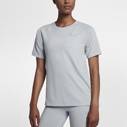 Женская беговая футболка с коротким рукавом Nike TailwindЖенская беговая майка Nike Tailwind из мягкой дышащей ткани обеспечивает комфорт во время бега.Горловина с вырезом «лодочка» и удлиненный силуэт создают необходимую защиту.<br>