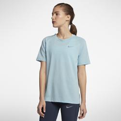 Женская беговая футболка с коротким рукавом Nike TailwindКОМФОРТ. ВЕНТИЛЯЦИЯ.  Женская беговая футболка с коротким рукавом Nike Tailwind из невероятно мягкой ткани обеспечивает потрясающую функциональность. Дышащая ткань обеспечивает прохладу и комфорт на любой дистанции.  Непревзойденная вентиляция  Влагоотводящая ткань Nike Breathe с технологией Dri-FIT отводит влагу от кожи, а дышащая сетка позволяет сохранять ощущение прохлады.  Комфорт Рукава покроя реглан для абсолютной свободы движений. Благодаря отсутствию швов конструкция плеч не натирает кожу, даже если ты носишь рюкзак.  Комфорт на весь день  Нижняя кромка заканчивается на уровне бедер и удлинена сзади для дополнительной защиты как во время пробежки, так и на весь день.<br>
