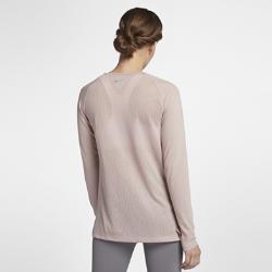 Женская беговая футболка с длинным рукавом Nike TailwindЖенская беговая футболка с длинным рукавом Nike Tailwind обеспечивает комфорт на самых напряженных пробежках в прохладную погоду. Невероятно мягкая ткань идеально сочетается с сеткой на спине, отводящей излишки тепла.  Непревзойденная вентиляция  Ткань Nike Breathe отводит влагу от кожи, а вставка из сетки на спине обеспечивает воздухопроницаемость. Поэтому ты ощущаешь прохладу и комфорт.  Свобода движений  Рукава покроя реглан и вставки в области подмышек обеспечивают естественную свободу движений во время бега.  Выгляди стильно  Классический крой свитшота позволяет тебе выглядеть стильно на пробежке и каждый день.<br>
