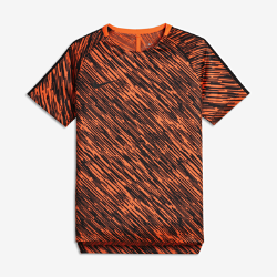 Игровая футболка с коротким рукавом для мальчиков школьного возраста Nike Dri-FIT SquadИгровая футболка с коротким рукавом для мальчиков школьного возраста Nike Dri-FIT Squad из влагоотводящей ткани с боковыми разрезами обеспечивает вентиляцию и комфорт вовремя игры с друзьями.<br>