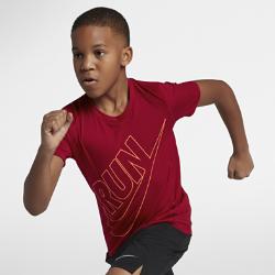 Беговая футболка для мальчиков школьного возраста Nike Dri-FIT MilerБеговая футболка для мальчиков школьного возраста Nike Dri-FIT Miler из влагоотводящей ткани со вставками из сетки обеспечивает охлаждение и комфорт от старта до финиша.<br>