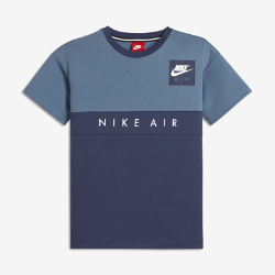 Футболка для мальчиков школьного возраста Nike AirФутболка для мальчиков школьного возраста Nike Air, дизайн которой вдохновлен легендарными кроссовками Air Max, обеспечивает длительный комфорт на занятиях в школе и в любой другой ситуации.<br>