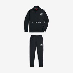 Спортивный костюм для мальчиков школьного возраста Nike AirСпортивный костюм для мальчиков школьного возраста Nike Air воплощает историю сникер-культуры в ретродизайне и обеспечивает защиту и комфорт.<br>