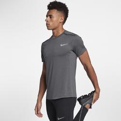 Мужская беговая футболка с коротким рукавом Nike Cool MilerМужская беговая футболка с коротким рукавом Nike Cool Miler из влагоотводящей сетки обеспечивает комфорт и охлаждение на всей дистанции.<br>