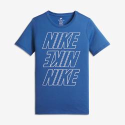 Футболка для мальчиков школьного возраста Nike SportswearФутболка для мальчиков школьного возраста Nike Sportswear из невероятно мягкого и прочного хлопка обеспечивает комфорт на каждый день. Светящиеся в темноте элементы делают тебя заметнее при слабом освещении.<br>
