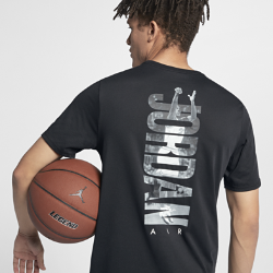 Мужская футболка Jordan Rise PhotoМужская футболка Jordan Rise Photo из влагоотводящей ткани с фирменными деталями обеспечивает непревзойденный комфорт.<br>