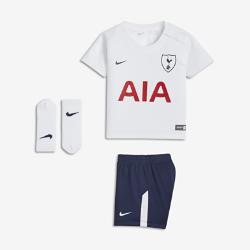 Футбольный комплект для малышей 2017/18 Tottenham Hotspur FC Stadium HomeФутбольный комплект для малышей 2017/18 Tottenham Hotspur FC Stadium Home включает джерси, шорты и носки из дышащей ткани для максимального комфорта.<br>