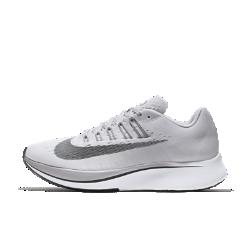 Женские беговые кроссовки Nike Zoom FlyЖенские беговые кроссовки Nike Zoom Fly созданы для темповых пробежек, бега на длинные дистанции и соревнований. Амортизирующая конструкция преобразует давление при каждом шаге, обеспечивая возврат энергии.  Мощная амортизация  Супинатор из углеродистого нейлона во всю длину подошвы создает дополнительный толчок при каждом шаге, помогая двигаться к цели.  Амортизация и комфорт при беге  Комфортная система амортизации Lunarlon сочетает мягкий и твердый пеноматериалы для стабилизации, амортизации и поглощения ударных нагрузок.  Легкость и поддержка  Почти бесшовный цельный верх из материала Flymesh повышает циркуляцию воздуха для охлаждения при максимальных нагрузках. Чем сильнее затянуты шнурки, тем плотнее облегают стопу ультралегкие нити Flywire, обеспечивая надежную динамичную посадку.<br>