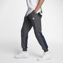 Мужские брюки Nike Sportswear WindrunnerМужские брюки Nike Sportswear Windrunner из прочной ткани рипстоп с зауженным кроем обеспечивают плотное облегание и легкость.<br>
