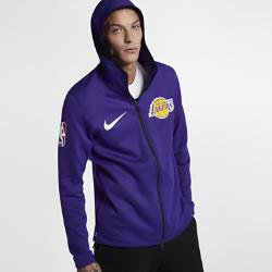 Мужская худи НБА Los Angeles Lakers Nike Therma Flex ShowtimeМужская худи НБА Los Angeles Lakers Nike Therma Flex Showtime из эластичной ткани обеспечивает тепло и комфорт, помогая полностью сосредоточиться на игре. Тепло, эластичность и комфорт Ткань Nike Therma Flex обеспечивает тепло и превосходную свободу движений. Технология Dri-FIT отводит влагу от кожи, обеспечивая комфорт. Оптимальный обзор и слышимость Традиционный капюшон с новым дизайном не ограничивает обзор во время игры, а вставка из сетки улучшает слышимость. Удобное хранение Боковые карманы на молнии для телефона и других мелочей. Информация о товаре  Эластичные манжеты особой формы не мешают при ведении мяча Удлиненная сзади нижняя кромка обеспечивает защиту во время бросков мяча Боковые разрезы обеспечивают свободу движений Состав: 91% полиэстер/9% спандекс Машинная стирка Импорт<br>