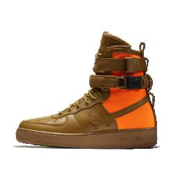 Мужские кроссовки Nike Special Field Air Force 1 QSМужские кроссовки Nike Special Field Air Force 1 QS сочетают комфорт и практичность обуви для городских улиц благодаря элементам в стиле «милитари», включая баллистический нейлон и накладки из высококачественной и прочной кожи.<br>