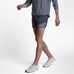 Мужские беговые шорты Nike Distance 2-in-1 12,5 смМужские беговые шорты Nike Distance 2-in-1 12,5 см совмещают легкие дышащие шорты и поддерживающие внутренние тайтсы. Общий для двух слоев пояс для защиты от влаги и дополнительного комфорта.  Создано для движения  Ткань Nike Flex, тянущаяся в двух направлениях, повторяет движения тела, позволяя достигать высоких результатов.  Охлаждение и поддержка  Вшитые тайтсы для поддержки и свободы движений при каждом шаге. Перфорация спереди и сзади внешних шорт усиливает вентиляцию.  Удобные карманы  Сзади на правом бедре расположен карман на молнии для защиты телефона, мелочи и ключей от влаги. Передние карманы и дополнительный прорезной карман сзади слева подходят для хранения мелочей.<br>