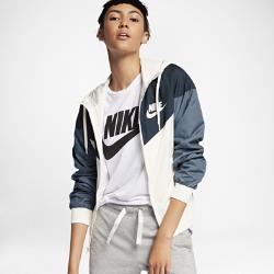 Женская куртка Nike Sportswear WindrunnerЖенская куртка Nike Sportswear Windrunner — новое исполнение оригинальной беговой модели для повседневной жизни. Более женственный силуэт сохранил культовый шеврон под углом26 градусов на груди.<br>