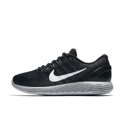 Женские беговые кроссовки Nike LunarGlide 9Женские беговые кроссовки Nike LunarGlide 9 — новая версия популярной модели с более мягкими обтекаемыми элементами. Пеноматериал Lunarlon обеспечивает амортизацию и абсолютный комфорт. А верх из дышащего трикотажа с нитями Flywire охлаждает и поддерживает стопу.  Улучшенная поддержка  В этой версии используются утолщенные, более мягкие нити Flywire. В отличие от классических нитей Flywire они не только поддерживают среднюю часть стопы, но и распределяютдавление. Кроме того, нити Flywire объединены со шнурками для дополнительной поддержки при затягивании.  Прохлада и комфорт  Цельный верх с более открытым плетением в области носка отводит излишки тепла и создает ощущение прохлады. Легкий пеноматериал на бортике обеспечивает мягкость икомфорт в области голеностопа.  Плавность и комфорт  В этой версии используется два типа амортизирующего материала Lunarlon: более мягкий и более упругий. Сочетание мягкого и твердого пеноматериала лучше поглощает ударные нагрузки. Вырезанные лазером отверстия в боковой части подошвы делают движения стопы более плавными.<br>