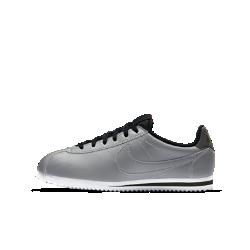 Кроссовки для школьников Nike Cortez PremiumКроссовки для школьников Nike Cortez Premium в ретро-стиле — это культовый профиль Nike из первоклассных материалов с современной подошвой из амортизирующего пеноматериала.  Мягкая амортизация  Полноразмерная подошва из мягкого пеноматериала обеспечивает комфорт на весь день.  Поддержка и прочность  Прочная синтетическая кожа создает оптимальную поддержку для активного дня.  Легкость и комфорт  Низкий профиль и легкая подошва помогают сохранять комфорт на любой скорости.<br>