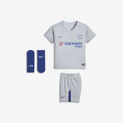 Футбольный комплект для малышей 2017/18 Chelsea FC Stadium AwayФутбольный комплект для малышей 2017/18 Chelsea FC Stadium Away включает джерси, шорты и носки из дышащей ткани для максимального комфорта.<br>