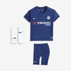 Футбольный комплект для малышей 2017/18 Chelsea FC Stadium HomeФутбольный комплект для малышей 2017/18 Chelsea FC Stadium Home включает джерси, шорты и носки из дышащей ткани для максимального комфорта.<br>
