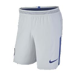 Мужские футбольные шорты 2017/18 Chelsea FC Vapor Match AwayМужские футбольные шорты 2017/18 Chelsea FC Vapor Match Away из легкой ткани с зональной вентиляцией и символикой клуба создают ощущение прохлады и комфорта.<br>