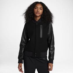 Женская куртка NikeLab Essentials DestroyerЖенская куртка NikeLab Essentials Destroyer — классическая модель в студенческом стиле, усовершенствованная инновационными технологиями. Подкладка с удобным доступом позволяет адаптировать куртку к своему уникальному стилю.  Уникальный дизайн — это просто  Подкладка на молнии позволяет самостоятельно пришивать вставки к внешнему слою, не повреждая швы.  Первоклассная конструкция  Основа из смесовой шерсти и рукава из высококачественной и прочной кожи образуют современный силуэт со свободной посадкой.Внутренняя прошивка создает крупный особый логотип на подкладке.  Превосходная теплоизоляция  Теплоизолирующая технология Primaloft на основе и рукавах обеспечивает тепло.<br>