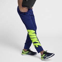 Брюки для тренинга с принтом для мальчиков школьного возраста Nike ThermaБрюки для тренинга для мальчиков школьного возраста Nike Therma обеспечивают тепло и свободу движений во время тренировки и игры. Ткань Nike Therma обеспечивает терморегуляцию, а плотная посадка обеспечивает свободу движений, помогая сконцентрироваться на игре.  ФУНКЦИОНАЛЬНОСТЬ И ТЕПЛО  Ткань Nike Therma использует выделяемое телом тепло для оптимального комфорта и защиты от холода. Влагоотводящая ткань обеспечивает комфорт в самые жаркие моменты тренировки.  СОЗДАНО ДЛЯ ДВИЖЕНИЯ  Крой повторяет контуры тела, позволяя двигаться свободно. Регулируемый пояс с утягивающим шнурком плотно прилегает к телу, обеспечивая фиксацию во время тренировки.<br>