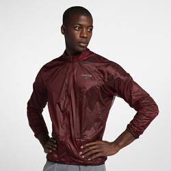 Мужская куртка со складной конструкцией NikeLab GyakusouМужская куртка NikeLab Gyakusou с легкой складной конструкцией отлично впишется в твой гардероб для пробежек.  Удобное хранение  Легкая нейлоновая ткань рипстоп защищает от непогоды, а карманы на молнии и внутренний карман из сетки Nike Tech Power Mesh с отверстием для провода позволяют взять с собойвсе необходимое.  Графика и вентиляция  Лазерная перфорация обеспечивает вентиляцию и напоминает об увлечении Джуна Такахаши стилем «панк-рок». Небольшая серебристая графика с отражением делает тебя заметнее.<br>