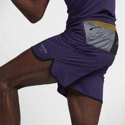 Мужские шорты NikeLab GyakusouМужские шорты NikeLab Gyakusou из легкой ткани рипстоп на основе полиэстера с несколькими карманами обеспечивают вентиляцию и комфорт во время длительных пробежек.  Удобное хранение  Скрытый карман на молнии спереди и внешние карманы сзади позволяют взять с собой все необходимое. Задний карман из сетки с удобным скрытым карманом для мелочи. Задний карман из сетки с отверстиями с двух сторон может удерживать целый ряд вещей.  Воздухопроницаемая конструкция  Пояс Nike Flyvent с утягивающим шнурком для удобной посадки и перфорацией для отведения влаги. Фирменная перфорация Gyakusou на задней части штанин обеспечивает дополнительную вентиляцию.<br>