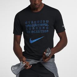 Мужская футболка NikeLab GyakusouМужская футболка NikeLab Gyakusou из трехкомпонентной ткани Dri-FIT отводит влагу, обеспечивая комфорт. Цветная светоотражающая графика спереди и сзади делает тебя заметнеепри слабом освещении.<br>