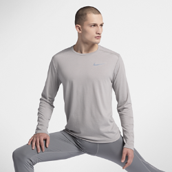 Мужская беговая футболка с длинным рукавом Nike TailwindМужская беговая футболка с длинным рукавом Nike Tailwind из легкой влагоотводящей ткани со вставками из сетки обеспечивает охлаждение и комфорт во время бега.<br>