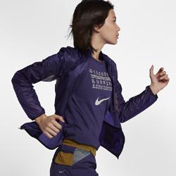 Женская куртка со складной конструкцией NikeLab GyakusouЖенская куртка NikeLab Gyakusou с легкой складной конструкцией отлично впишется в твой гардероб для пробежек.  Удобное хранение  Легкая нейлоновая ткань рипстоп защищает от непогоды, а карманы на молнии и внутренний карман из сетки Nike Tech Power Mesh с отверстием для провода позволяют взять с собойвсе необходимое.  Графика и вентиляция  Лазерная перфорация обеспечивает вентиляцию и напоминает об увлечении Джуна Такахаши стилем «панк-рок». Небольшая серебристая графика с отражением делает тебя заметнее.<br>