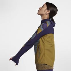 Женская куртка NikeLab Gyakusou ShieldЖенская куртка NikeLab Gyakusou Shield сочетает в себе три технологии Nike, используемые для беговой экипировки. Она обеспечивает комфорт, помогая сосредоточиться на пробежкев холодную погоду.  Комфорт  Отсеки с пуховым наполнителем Nike AeroLoft дополнены фирменной перфорацией Gyakusou для отведения излишков тепла. Исследования в лаборатории Nike Sport Research Lab позволили разработать идеальный крой рукавов и области плеч, а составленные тепловые карты помогли правильно расположить перфорацию на спине.  Отведение влаги  Мягкий трикотаж Dri-FIT на рукавах, капюшоне и в верхней части спины обеспечивает отведение влаги и комфорт. Ткань Nike Shield в нижней части спереди и сзади защищает от ветра и влаги.  Удобное хранение  Укрепленный боковой карман на молнии с внутренним карманом для телефона позволяет хранить все необходимое. Капюшон со смещенной молнией и вставкой из более легкого трикотажа позволяет свободно дышать во время бега.<br>