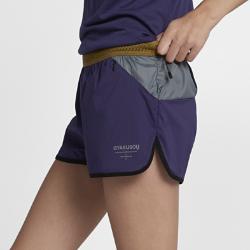 Женские шорты NikeLab GyakusouЖенские шорты NikeLab Gyakusou с несколькими карманами обеспечивают вентиляцию и комфорт во время длительных пробежек благодаря легкой ткани рипстоп на основе полиэстера и отсутствию подкладки.  Удобное хранение  Скрытый карман на молнии спереди и внешние карманы сзади позволяют взять с собой все необходимое. Задний карман из сетки с удобным скрытым карманом для мелочи. Задний карман из сетки с отверстиями с двух сторон может удерживать целый ряд вещей.  Воздухопроницаемая конструкция  Пояс Nike Flyvent с утягивающим шнурком для удобной посадки и перфорацией для отведения влаги. Фирменная перфорация Gyakusou на задней части штанин обеспечивает дополнительную вентиляцию.<br>