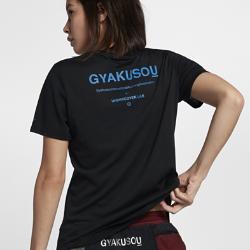 Женская футболка NikeLab GyakusouЖенская футболка NikeLab Gyakusou из трехкомпонентной ткани Dri-FIT отводит влагу, обеспечивая комфорт. Цветная светоотражающая графика спереди и сзади делает тебя заметнее.<br>