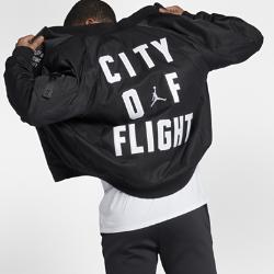 Мужская куртка Jordan Sportswear City Of FlightЛинии конструкции мужской куртки Jordan Sportswear City Of Flight напоминают о модели Air Jordan Muscle Jacket из оригинальной коллекции Air Jordan 1985 года. Она изготовлена из термоткани, которая тянется в двух направлениях и обеспечивает защиту от холода и свободу движений.<br>