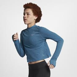 Женская беговая футболка с длинным рукавом Nike Run DivisionЖенская беговая футболка с длинным рукавом Nike Run Division идеальна для повседневной жизни и пробежек в холодную погоду. Усовершенствованный дизайн этой футболки из коллекции Run Division подойдет для любой ситуации.  Каждый день, на любой пробежке  Минималистичная модель станет отличным дополнением к любому повседневному образу и беговой форме. Отправляясь после пробежки в кафе, по делам или на работу, тебе не придется переодеваться.  Абсолютный комфорт  Отверстия для больших пальцев на манжетах надежно фиксируют рукава во время бега. Это обеспечивает комфорт в прохладную погоду.  КОМФОРТ  Технология Dri-FIT обеспечивает прохладу и комфорт, выводя влагу на поверхность ткани, где она быстро испаряется.<br>