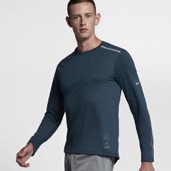 Мужская беговая футболка с длинным рукавом Nike Tailwind Run DivisionМужская беговая футболка с длинным рукавом Nike Tailwind Run Division обеспечивает абсолютный комфорт на интенсивных пробежках в прохладную погоду. Невероятно мягкая ткань идеально сочетается с сеткой на спине, отводящей излишки тепла. Эта футболка из коллекции Nike Running Division, представленная моделями в минималистичной цветовой гамме, отлично подходит для твоих тренировок.  Свобода движений  Плечевые швы смещены ближе к ключицам. В отличие от традиционной конструкции это создает дополнительное ощущение комфорта в области плеч, особенно при ношении спортивной сумки или рюкзака.  Выгляди стильно  Классический крой свитшота позволяет выглядеть стильно на пробежке и в любой другой ситуации.<br>