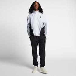 Спортивный костюм унисекс (брюки и куртка) NikeLab HeritageСпортивный костюм унисекс NikeLab Heritage с классической конструкцией из тканого полиэстера и свободными рукавами в стиле гусарского мундира создан на основе базовых моделей Nike 90-х годов.  Регулируемая посадка  Наконечники внутреннего шнурка украшены логотипом NikeLab, а молнии на штанинах позволяют удобнее надевать брюки.  Комфорт и надежное хранение  Карманы на молнии позволяют надежно хранить мелочи, а эластичные пояса обеспечивают комфорт на каждый день.<br>