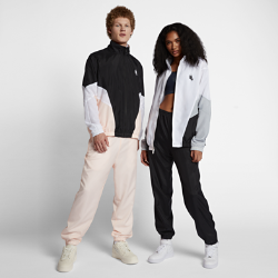 Спортивный костюм унисекс NikeLab HeritageСпортивный костюм унисекс NikeLab Heritage с классической конструкцией из тканого полиэстера и свободными рукавами в стиле гусарского мундира создан на основе базовых моделей Nike 90-х годов.<br>