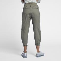 Женские брюки NikeLab ACG Tech WovenЖенские брюки NikeLab ACG Tech Woven — это технологичная версия брюк чинос с широким поясом, зауженными штанинами и молниями на щиколотках для полной свободы движений. Плотный смесовый хлопок с прочным водоотталкивающим покрытием DWR надежно защищает в зимнее время года.  ПЛОТНАЯ ПОСАДКА  Заниженная спереди линия пояса позволяет тебе комфортно сидеть. Сзади пояс завышен с помощью эластичной вставки из синтетического материала для надежной плотнойпосадки и зональной защиты от ветра.  СВЕТООТРАЖАЮЩИЙ АКЦЕНТ  Светоотражающий логотип ACG на отвороте делает тебя заметнее.<br>