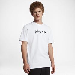 Мужская футболка NikeLab Essentials ScriptМужская футболка NikeLab Essentials Script со слегка удлиненными рукавами усовершенствованного кроя украшена одним из оригинальных логотипов — принтом с написанным от рукисловом Nike на груди.<br>
