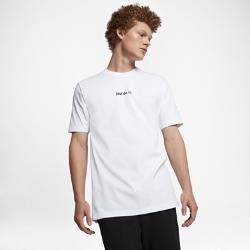Мужская футболка NikeLab Essentials Just Do ItМужская футболка NikeLab Just Do It несет в себе основной слоган компании Nike. На груди нанесены минималистичные вышитые буквы, а рукава с усовершенствованным кроем слегкаудлинены.<br>