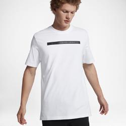 Мужская футболка NikeLab Essentials NSRLМужская футболка NikeLab NSRL создана в честь выдающихся сотрудников всемирно известной лаборатории Nike Sport Research Lab. На груди нанесен принт с логотипом, а рукава с усовершенствованным кроем слегка удлинены.<br>