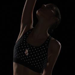 Бра NikeLab Essentials Training All-Over PrintБра со средней поддержкой NikeLab Essentials Training All-Over Print из влагоотводящей ткани Dri-FIT и светоотражающими точками среднего размера создает превосходный стильный образ и обеспечивает комфорт.  ЭЛАСТИЧНАЯ КОНСТРУКЦИЯ  Пояс из материала Nike Flyvent с перфорацией под грудью обеспечивает легкость и воздухопроницаемость. Т-образная спина обеспечивает свободу движений, а съемные вкладыши позволяют регулировать посадку.<br>