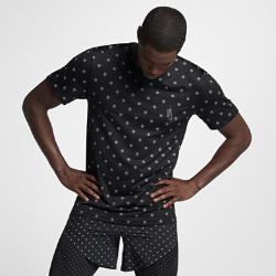 Мужская футболка NikeLab Essentials Training All-Over PrintМужская футболка NikeLab Essentials Training All-Over Print стандартного кроя из особого трикотажа украшена крупными серебристыми точками, которые отражают свет и привлекают внимание окружающих.<br>