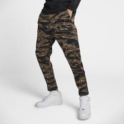 Мужские брюки NikeLab Essentials Tiger CamoМужские брюки NikeLab Essentials Tiger Camo привлекают к себе внимание фирменным принтом NikeLab.  МЯГКОСТЬ И ПРОЧНОСТЬ  Прочный, но мягкий тканый материал для защиты и комфорта.  БОЛЬШЕ МЕСТА ДЛЯ ХРАНЕНИЯ  Боковые карманы, два задних кармана и накладные карманы на кнопках позволяют взять с собой все необходимое.  МГНОВЕННАЯ АДАПТАЦИЯ  Удобные молнии на нижней кромке для создания индивидуального образа.<br>