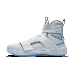 Мужские баскетбольные кроссовки Nike LeBron Soldier 10 FlyEaseМужские баскетбольные кроссовки Nike LeBron Soldier 10 FlyEase обеспечивают надежную поддержку и упругую амортизацию, характерные для моделей Soldier, а инновационная конструкциязастежки без шнурков позволяет легко и быстро снимать и надевать обувь.<br>