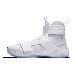 Мужские баскетбольные кроссовки Nike LeBron Soldier 10 FlyEaseМужские баскетбольные кроссовки Nike LeBron Soldier 10 FlyEase обеспечивают надежную поддержку и упругую амортизацию, характерные для моделей Soldier, а инновационная конструкциязастежки без шнурков позволяет легко и быстро снимать и надевать обувь.  Удобно снимать и надевать  Конструкция застежки без шнурков FlyEase представляет собой застежку на липучке и круговую молнию, она позволяет снимать обувь одним быстрым движением.  Фиксация во всех направлениях  В этих баскетбольных кроссовках продумана каждая деталь: регулируемые ремешки фиксируют стопу в области лодыжки и в средней части стопы для надежной посадки во время резких рывков и скоростных атак.  Моментальная отдача  Вставки Zoom в области пятки и в передней части стопы смягчают жесткие приземления и обеспечивают мгновенную амортизацию.<br>