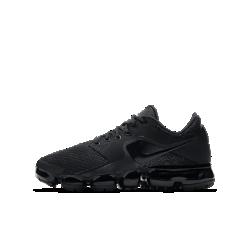 Беговые кроссовки для школьников Nike Air VaporMaxБеговые кроссовки для школьников Nike Air VaporMax с верхом из эластичной сетки Engineered mesh и обновленной системой амортизации обеспечивают комфортную поддержку, легкость иупругость, бросающую вызов гравитации.  ЛЕГКОСТЬ И АМОРТИЗАЦИЯ  Амортизация Air обеспечивает максимальную защиту от ударных нагрузок по всей поверхности. Особые вырезы делают подошву еще более гибкой и легкой.  БЕЗУПРЕЧНАЯ ПОСАДКА  Эластичная сетка Engineered mesh поддерживает стопу, обеспечивая легкость, вентиляцию и комфорт.  ПОДРОБНЕЕ  Накладка на пятке для стабилизации и сохранения формы Резиновые накладки на подошве для прочности Мягкий пеноматериал на бортике и в области пятки для комфорта  В ОСНОВЕ ДИЗАЙНА  Кроссовки Air VaporMax символизируют новую эпоху инноваций Nike. «Они кардинально изменили наш подход к созданию Air», — рассказывает Закари Элдер, создатель инновационнойтехнологии амортизации. Создавая VaporMax, дизайнеры хотели воплотить ощущение бега «словно по воздуху». В первую очередь они изменили структуру вставки Air, чтобы ее можно было прикрепить прямо к верху. «Это стало самым большим вызовом, — говорит Том Минами, ведущий дизайнер обуви, — но результат того стоил. Здесь нет стельки и подошвы, и вставка Air ощущается совершенно по-новому». В предыдущих версиях Air Max главной целью было максимально увеличить вставку Air, но в разработке VaporMax во главе углаэффективность, а не размер. «Когда стопа касается земли, каждый выступ упирается во вставку Air, усиливая давление, — объясняет Закари Элдер. — При отталкивании давление снижается и создается пружинящий эффект». Воплощение идеи заняло семь лет, и теперь Том и Закари довольны результатом. «Я очень горжусь тем, что получилось, — говорит Закари Элдер. — Этот подход станет поворотной точкой для Air, как и для Nike в целом».<br>