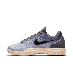 Женские теннисные кроссовки Nike Zoom Cage 3 ClayКроссовки Nike Zoom Cage 3 разработаны для игроков, которые ценят силу и скорость во время игры. Уникальная, самая легкая в линейке конструкция каркаса обеспечивает максимальную прочность и амортизацию.  МАКСИМАЛЬНАЯ ПРОЧНОСТЬ  Легкий резиновый каркас защищает зоны, подверженные повышенному износу при игре в теннис. Разделенный на зоны каркас для легкости и стабилизации.  ПРЕВОСХОДНОЕ СЦЕПЛЕНИЕ С ПОВЕРХНОСТЬЮ  Разделенная на зоны подметка для превосходного сцепления и прочности. Идеально для корта с грунтовым покрытием.  МАКСИМАЛЬНЫЙ КОМФОРТ  Вставка Nike Zoom Air в области пятки обеспечивает легкость и мгновенную амортизацию.<br>